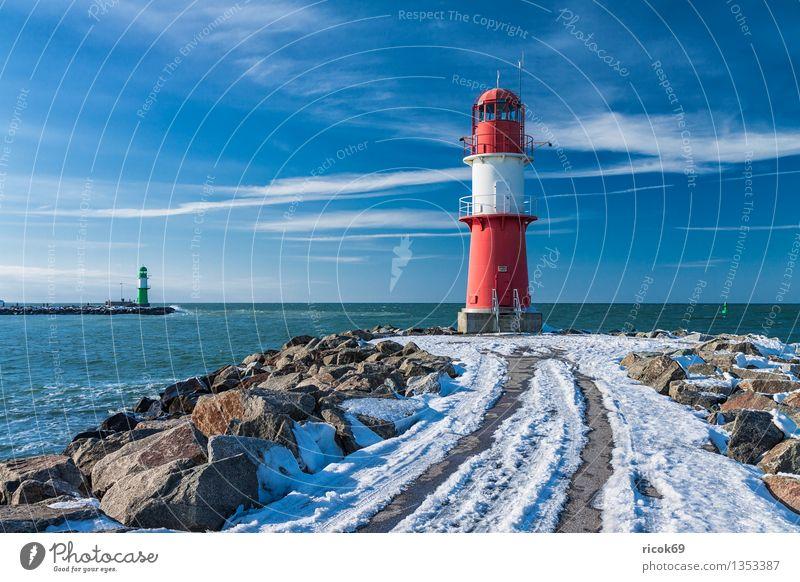 Warnemünde Meer Winter Natur Landschaft Wasser Wolken Küste Ostsee Turm Leuchtturm Architektur Sehenswürdigkeit Wahrzeichen Stein kalt blau grün rot weiß
