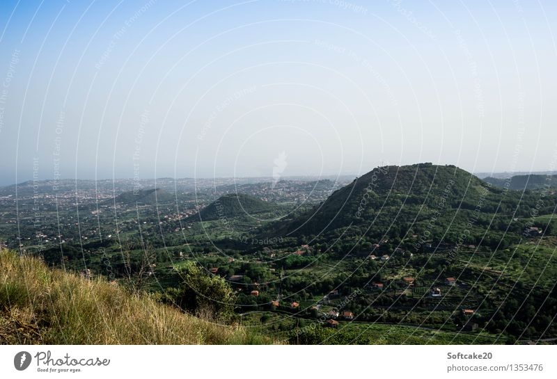L'Etna Ferien & Urlaub & Reisen Tourismus Abenteuer Ferne Expedition Sommer Berge u. Gebirge wandern Wetter Wald Hügel Gipfel Vulkan Catania gelb grün Italien
