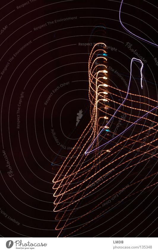 Kleiderhaken aufhängen gekrümmt Draht chaotisch Licht Streifen Spirale Nacht Neonlicht Leuchtspur Langzeitbelichtung Abend dunkel mehrfarbig gelb rot schwarz