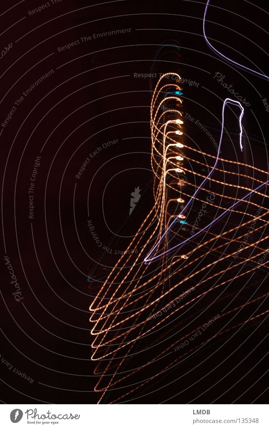 Kleiderhaken rot schwarz gelb Farbe Lampe dunkel Bewegung Streifen drehen chaotisch Draht Neonlicht Spirale Scheinwerfer aufhängen gekrümmt
