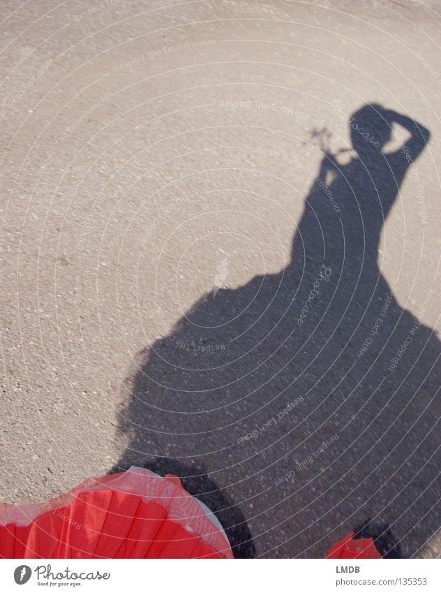 Schattenmädchen 3 Frau Mensch Blume Straße dunkel Freiheit hell orange Tanzen Freizeit & Hobby planen Grenze drehen Blumenstrauß leicht edel