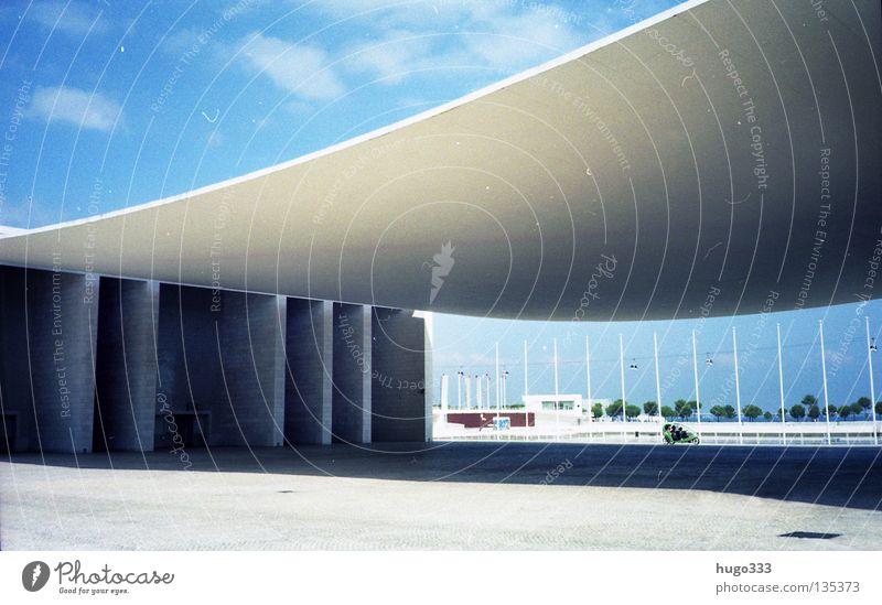 Lisboa Expo Himmel weiß Sonne blau Sommer Wolken Ferne Raum Beton frei Europa modern Platz hängen Decke