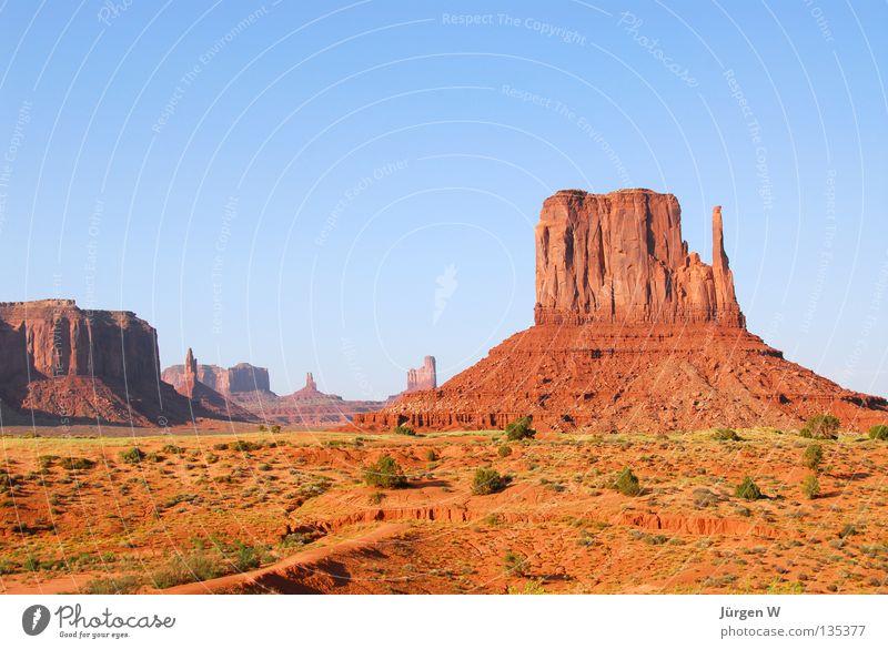 I feel like John Wayne Freiheit Sand Himmel Felsen Wüste blau Fernweh Utah USA Farbfoto mehrfarbig Außenaufnahme Menschenleer Textfreiraum oben Tag Sonnenlicht