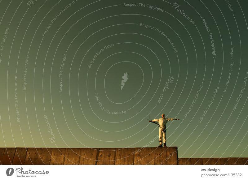 TAPE 3000 ft. THE WALL Mensch Himmel Mann Freude Wolken Erholung Wand Freiheit Haare & Frisuren springen Mauer Frühling Beine Luft Musik Arme