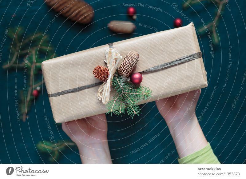 Frau hält Weihnachtsgeschenk Hand Papier Verpackung Kasten Schnur Kultur Tradition Gast Dezember Geschenk Halt heimwärts horizontal Kiefer umhüllen Farbfoto