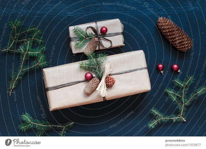 Eingewickelte Weihnachtsgeschenke auf dem Tisch Papier Verpackung Kasten Schnur Kultur Tradition Gast Dezember Geschenk heimwärts horizontal Kiefer umhüllen
