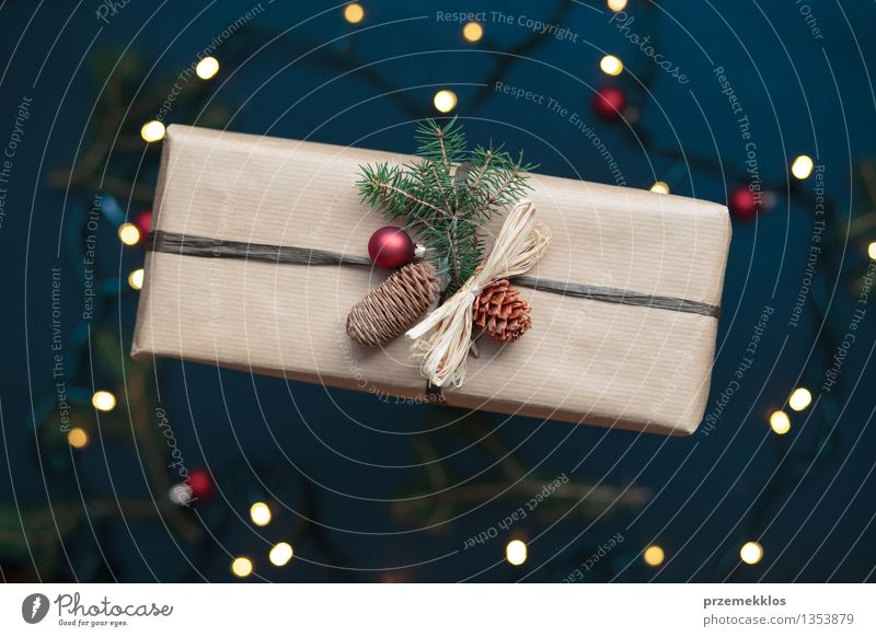 Eingewickeltes Weihnachtsgeschenk auf dem Tisch Dekoration & Verzierung Tradition Dezember Geschenk heimwärts horizontal Kiefer umhüllen Farbfoto Innenaufnahme
