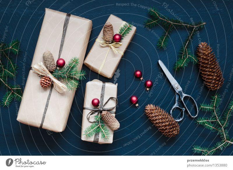 Eingewickelte Weihnachtsgeschenke auf dem Tisch Basteln Schere Papier Verpackung Kasten Schnur Tradition Gast Dezember Geschenk heimwärts horizontal Kiefer