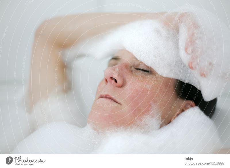 wenn ich die Augen zumache,... Lifestyle schön Körperpflege Schaumbad Badewanne Wellness harmonisch Wohlgefühl Zufriedenheit Sinnesorgane Erholung ruhig Kur Spa