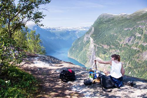 Norwegen Geiranger Mensch Himmel Natur Ferien & Urlaub & Reisen Jugendliche Junge Frau Landschaft Ferne 18-30 Jahre Berge u. Gebirge Erwachsene Umwelt feminin