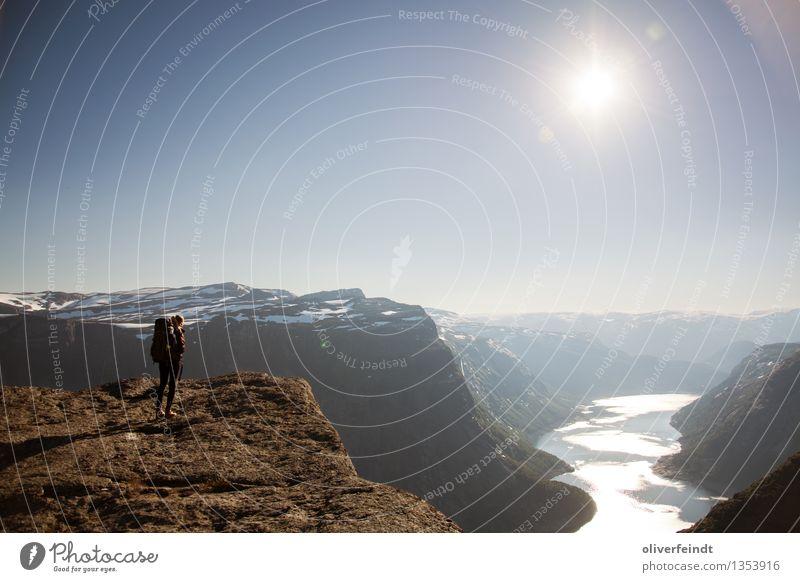 Norwegen XXI Mensch Himmel Natur Ferien & Urlaub & Reisen Jugendliche Junge Frau Landschaft Ferne Berge u. Gebirge Umwelt feminin Küste Freiheit Felsen Horizont