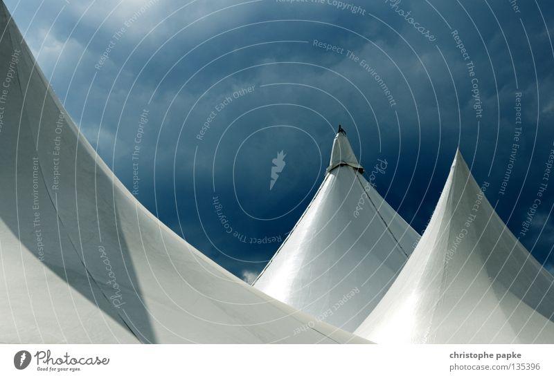 Luftikus Camping Zirkus Himmel Wolken Dach exotisch modern Spitze blau weiß bizarr Zelt Abdeckung Zirkuszelt Wüste Nomadenzelt Schutz Farbfoto Außenaufnahme