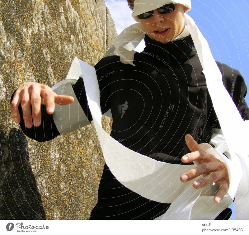 wirres zeug Mensch Mann Jugendliche Himmel blau Wolken Wand Wind Papier verfallen obskur Typ dumm skurril Sonnenbrille Kerl