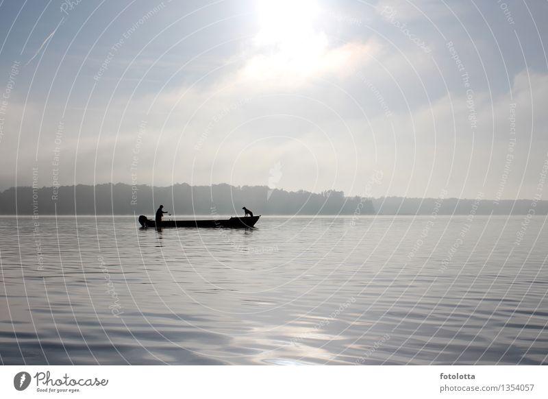 Fischerboot II Angeln Mann Erwachsene Natur Wasser Himmel Nebel Fluss Wasserfahrzeug Kahn Hund fangen Zusammensein natürlich blau grau schwarz weiß Stimmung