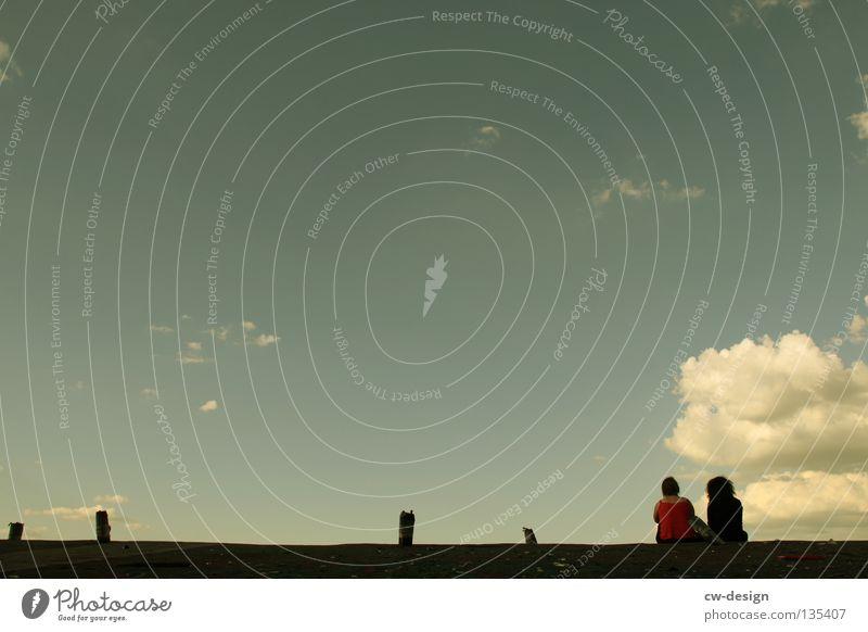 HINTERM HORIZONT GEHTS WEITER Freundschaft Dach Wolken Frau Dame Belüftung Erholung sprechen auf dem Dach minimalistisch dunkel Sommer Horizont Kommunizieren