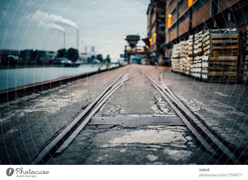 Industriewege Stadt dunkel Wand Wege & Pfade Mauer Güterverkehr & Logistik Hafen Fabrik Anlegestelle Abgas Schornstein Industrieanlage Weiche Schienenverkehr