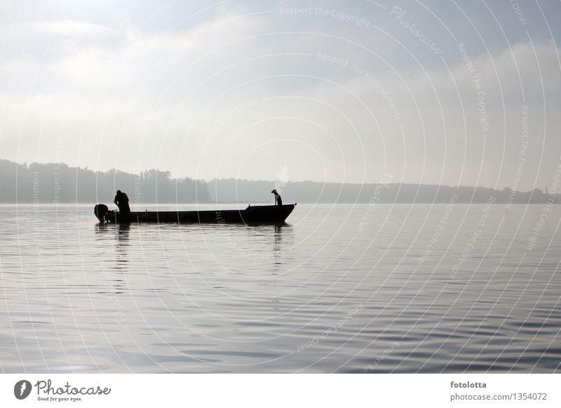 Fischerboot Angeln Mann Erwachsene Natur Wasser Himmel Nebel Fluss Wasserfahrzeug Kahn Hund fangen Zusammensein natürlich blau grau schwarz weiß Stimmung