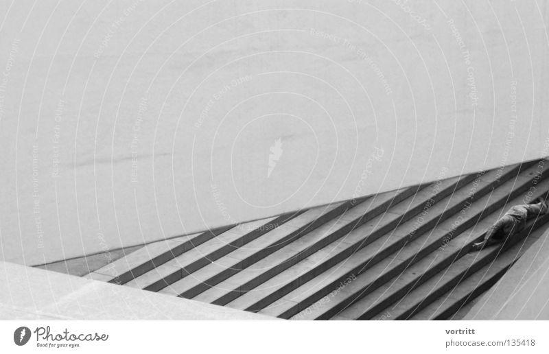 dreiecksbeziehungen Mensch Mann Einsamkeit Ferne Wand Architektur grau Mauer Gebäude Kunst Treppe liegen Beton schlafen trist Niveau