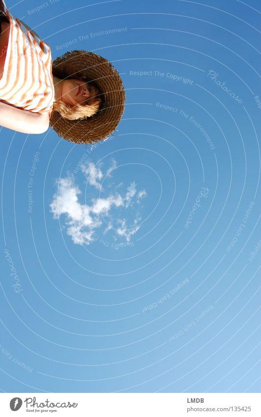 Sonntagswetter Mensch schön Himmel blau Sommer Wolken Erholung Denken braun Arme wandern Wetter Jeanshose T-Shirt Aussicht Spaziergang