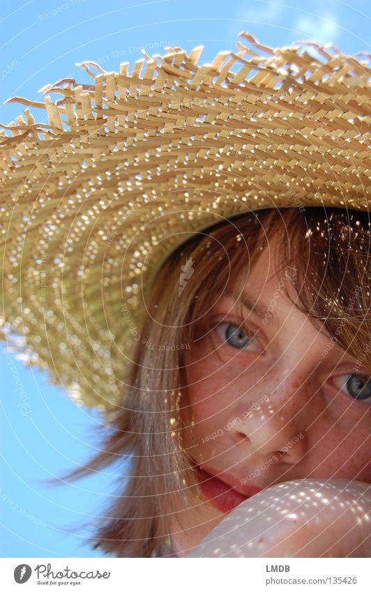 Portrait - - - Lichtpunkte und Sommersprossen Wolken schön himmelblau Strohhut braun beige Erholung wandern Freizeit & Hobby genießen heiß Kühlung Kopfbedeckung
