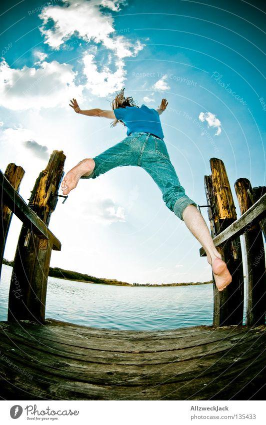 Luftsprünge (7) Mann Wasser Himmel blau Sommer Freude Wolken Einsamkeit dunkel springen Freiheit Glück See Kraft maskulin fliegen