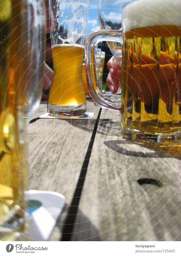 Endlich!* Bier Sommer Biergarten Freundschaft wandern trinken genießen Weizen Physik Tisch rustikal Schaum frisch Wochenende Zusammensein Gute Laune Hand kalt