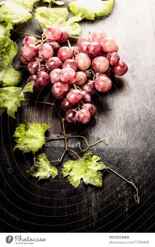 Weintrauben mit Blättern auf rustikalem Holtisch Lebensmittel Frucht Ernährung Bioprodukte Vegetarische Ernährung Diät Saft Design exotisch Gesunde Ernährung
