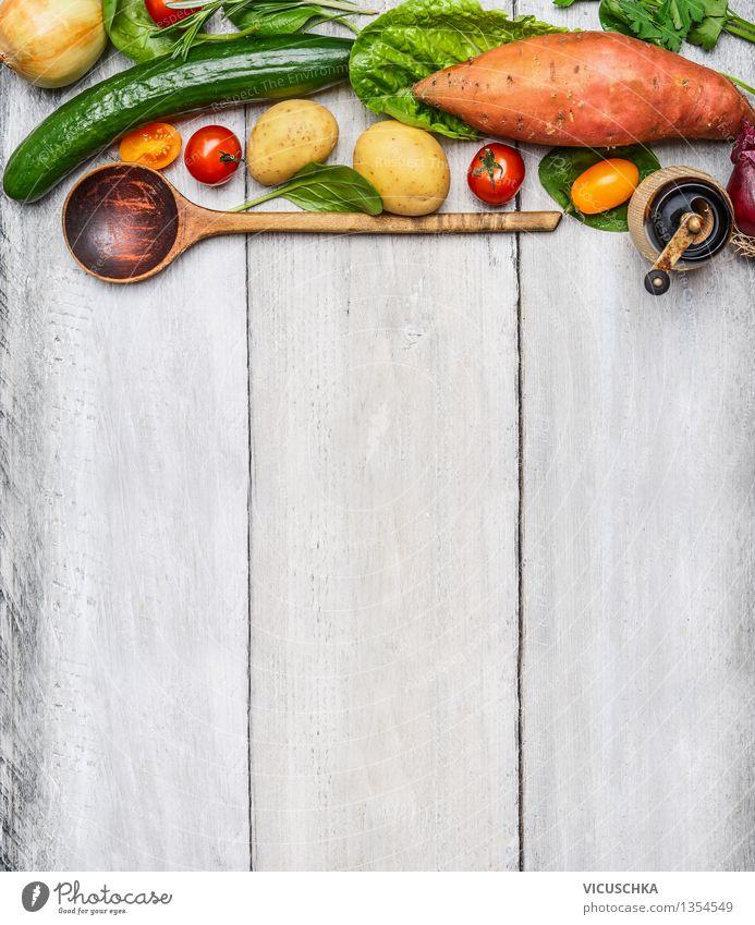 Frisches Gemüse und Holzlöffel auf rustikalem Hintergrund Lebensmittel Ernährung Mittagessen Abendessen Bioprodukte Vegetarische Ernährung Diät Löffel
