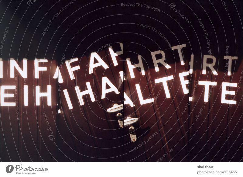fahahrt weiß springen lustig geschlossen Kommunizieren Schriftzeichen Buchstaben 4 außergewöhnlich Burg oder Schloss Tor Teilung Hinweisschild Reihe Typographie
