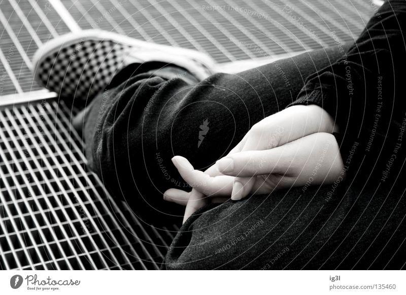 Halt finden Fundament kariert Muster Frau Gebet gefaltet Hand kalt Stahl Mensch Mädchen Gitter Untergrund ducken schwarz festhalten bodenständig Schuhe weiß