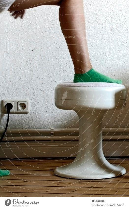 fuss drauf Häusliches Leben Möbel Stuhl Tapete Beine Fuß Strümpfe grün weiß Wade Hocker Steckdose Stecker altehrwürdig Farbfoto Innenaufnahme Heizungsrohr