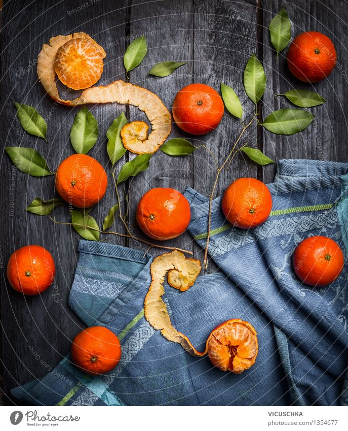 Ganze und geschälte Mandarinen mit Blättern Lebensmittel Frucht Ernährung Bioprodukte Vegetarische Ernährung Diät Saft Stil Design Gesunde Ernährung