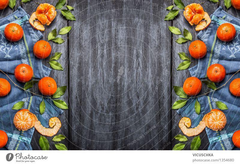 Frische Mandarinen mit Blättern auf blauem Hintergrund Lebensmittel Frucht Dessert Ernährung Bioprodukte Vegetarische Ernährung Diät Saft Stil Design