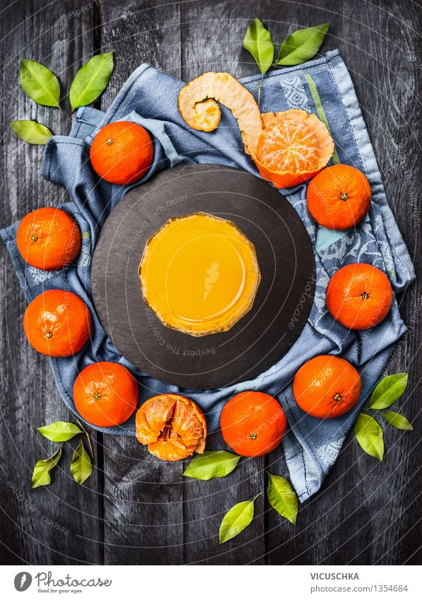 Mandarinen mit Blättern und Saft blau Gesunde Ernährung Blatt Leben Stil Holz Lebensmittel Frucht Design frisch Glas Tisch Getränk Frühstück Duft