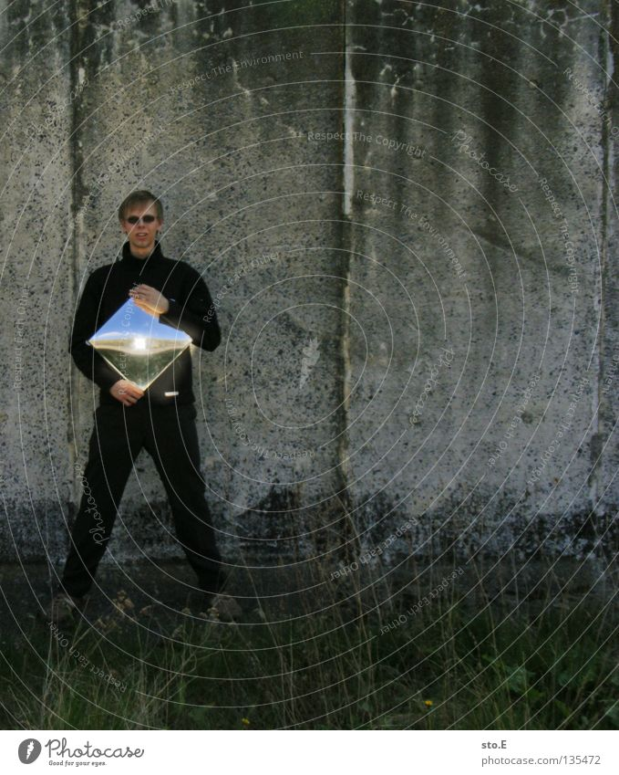 flugzeuge im bauch Mensch Mann Natur Jugendliche Wand Gras Mauer Beleuchtung maskulin Beton Ordnung Körperhaltung Bauernhof festhalten verfallen