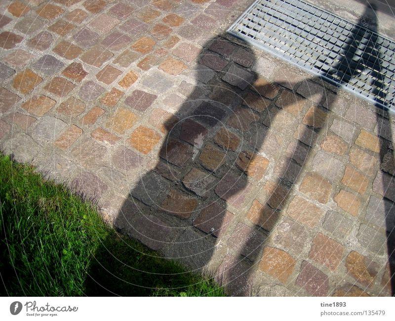 schattenspiel grün Gras saftig Physik Sommer Außenaufnahme Schatten deutlich Mensch Garten Sonne hell Wärme Schönes Wetter Freude Freiheit Glück