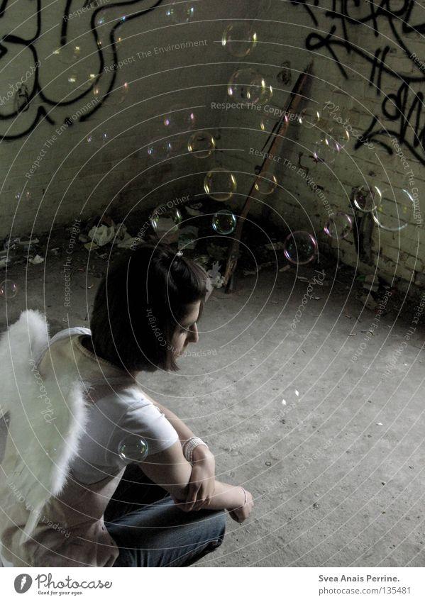 dann war das wohl liebe Frau Jugendliche schön alt weiß Einsamkeit Denken braun dreckig fliegen Trauer Engel kaputt Flügel Müll Vergänglichkeit
