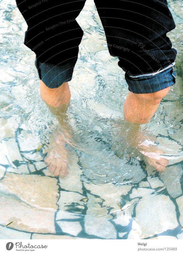 Männerbeine im Wasser beim Wassertreten mit aufgekrempelter Jeanshose nass kalt Gesundheit Wellness Durchblutung gehen Wade Schienbein Zehen Knie Hose