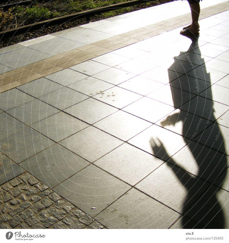 schattengestalt Mensch Hand Sonne Sommer Straße Finger Platz Körperhaltung fangen Gleise festhalten Strahlung Verkehrswege diagonal Schönes Wetter Griff