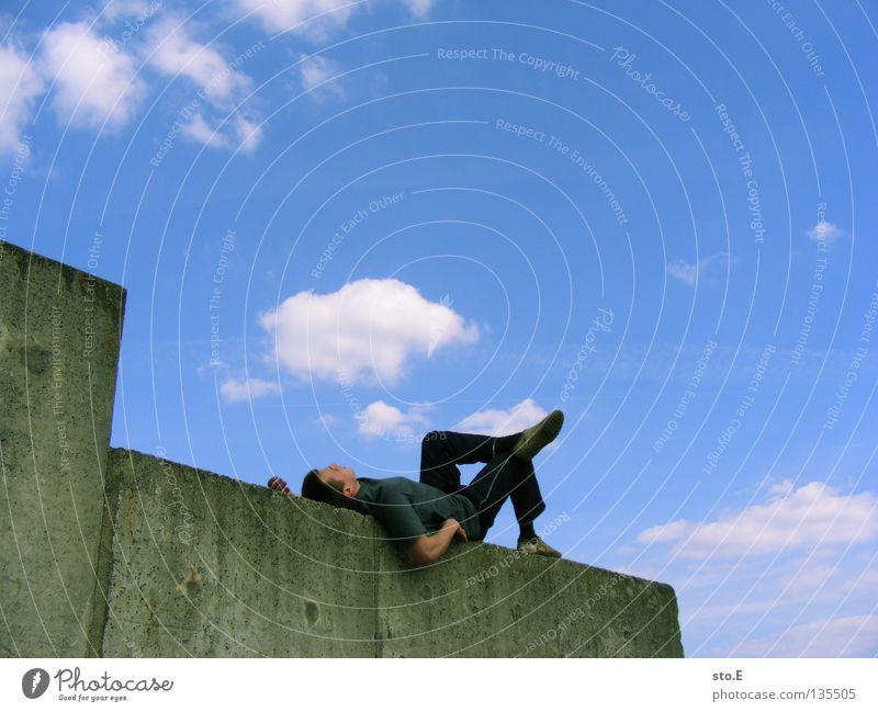 THE WALL | chillig Mann maskulin Jugendliche Kerl Körperhaltung faulenzen ruhen genießen ruhig Erholung Wolken schlechtes Wetter Sommer Mauer Wand Stein Silo