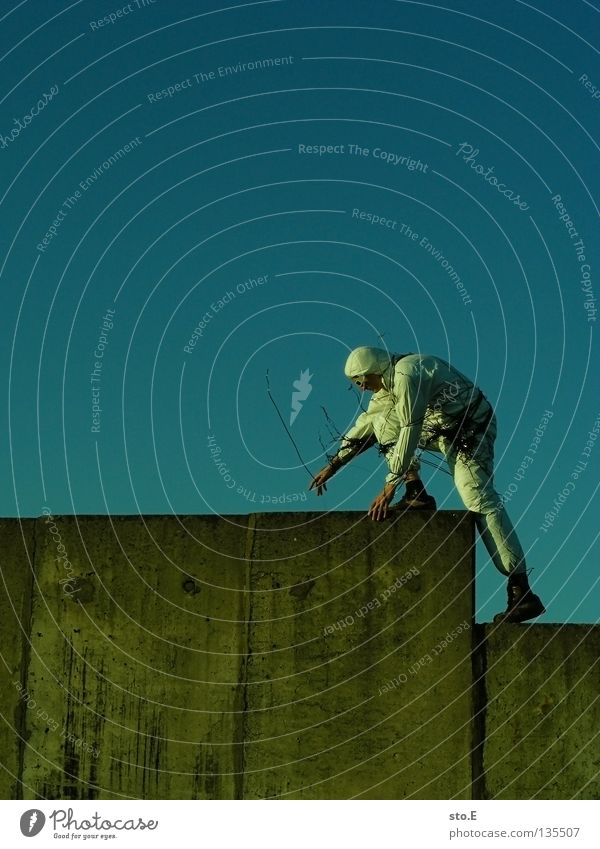 TAPE 3000 - aufsteiger Musikkassette Tonband Tonträger Seite diagonal Kerl Mann maskulin Unsinn Wolken schlechtes Wetter Seil Luft Schnur Brille Sonnenbrille