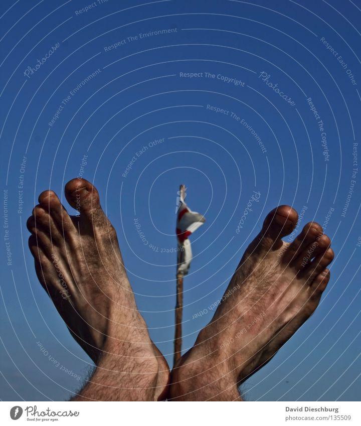 Mal wieder waschen... Himmel blau Baum rot Holz Fuß Deutschland Wind Rücken dreckig fliegen Seil Suche Aktion Ecke Baustelle