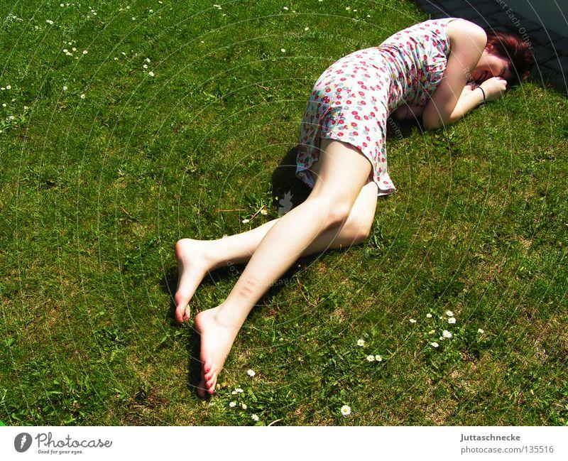 Rumkugeln Frau Gras Wiese Sommer Sommerkleid Blume Müdigkeit Erholung genießen harmonisch angenehm Frieden liegen rumliegen rumkugeln Rasen. Garten bequem