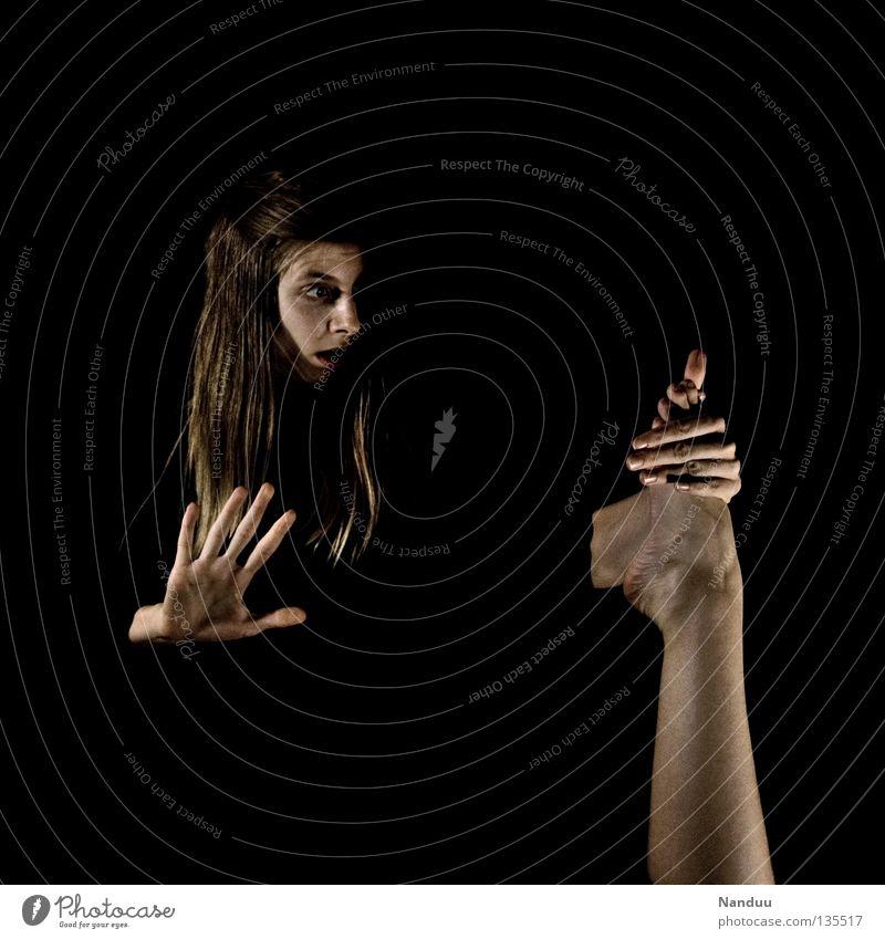 Huch! Frau Hand dunkel Menschengruppe Fuß Beine Kunst lustig kaputt festhalten Konzentration trashig Seite Langeweile skurril seltsam