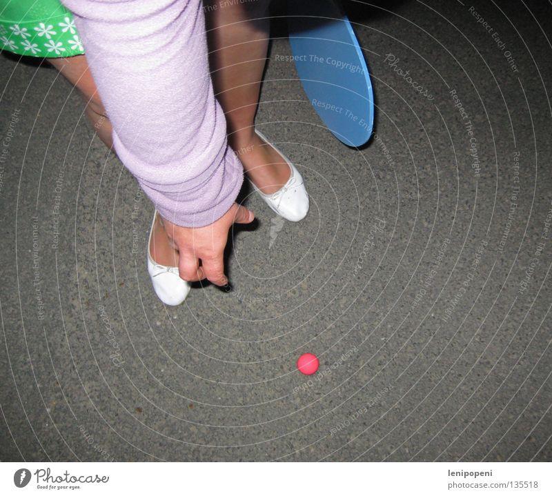 Nachtstraßenstrandballspiel Spielen dunkel Beachball Strand mehrfarbig Shorts bücken Teer Beton Hand heben rosa grün Unsinn braun Tennis Tischtennis Aufschlag