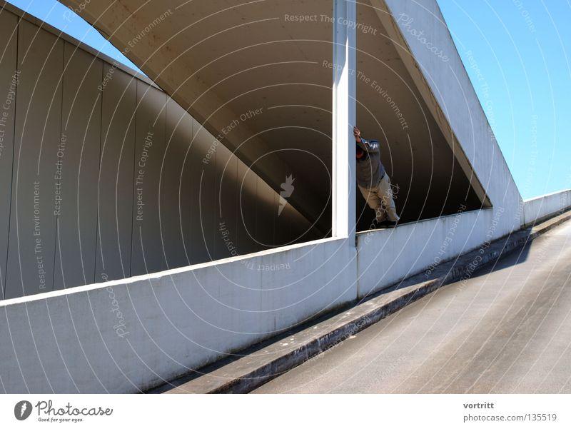 dreiecksbeziehungen II Mensch Mann Einsamkeit Ferne Wand Architektur grau Mauer Gebäude Kunst Treppe liegen Beton schlafen trist Niveau