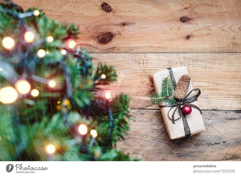 Weihnachtsgeschenk unter einem Chtristmas-Baum Papier Paket Kasten Holz Tradition Gast Dezember Etage Geschenk heimwärts horizontal Kiefer rustikal Jahreszeiten