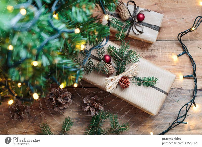 Weihnachtsgeschenke unter einem Baum Papier Paket Kasten Holz Tradition Gast Dezember Etage Geschenk heimwärts horizontal Kiefer rustikal Jahreszeiten umhüllen