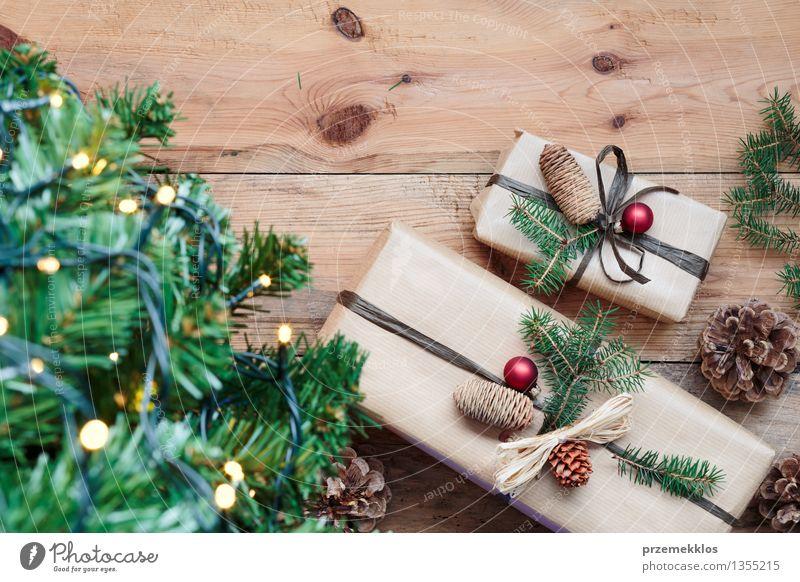 Weihnachtsgeschenke unter einem Baum Tradition Gast Dezember Etage Geschenk heimwärts horizontal Kiefer rustikal Jahreszeiten umhüllen Farbfoto Innenaufnahme