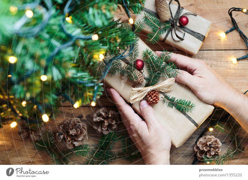 Putting Weihnachtsgeschenke unter einem Baum Hand Papier Paket Dekoration & Verzierung Schnur Kultur Tradition Gast Dezember Etage Geschenk heimwärts horizontal